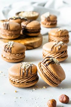 Nutella Macarons filled with Nutella Buttercream topped with a drizzle of chocolate and chopped hazelnuts! Nutella Brownies, Nutella Cookie, Nutella Macarons, Macaron Cookies, Fudgy Brownies, Macaron Filling, Macaron Flavors, Macaron Recipe, Buttercream Filling