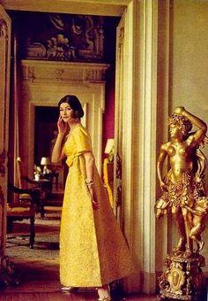 Anne Gunning trägt gelbe Seidenbrokat Kleid von Simonetta 50s