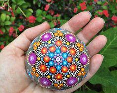 Mandala variopinta pietra dipinta a mano
