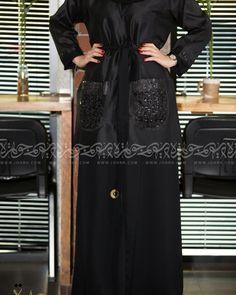 عباية بحزام بجيوب بنقش وموديل كويتي رقم الموديل 1559 السعر بعد الخصم 260 ريال متجر جوهرة عباية عبايات ستايل عباية Maxi Dress Fashion Dresses