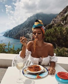 Pasta, all day, every day. 🍝🇮🇹🌞 Pasta, all day, every day. Vacation Outfits, Summer Outfits, Trendy Outfits, Vacation Style, Travel Style, Charo Ruiz, Foto Pose, Scarf Hairstyles, Beach Hairstyles