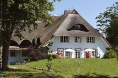 Haus Fischerwiege in Ahrenshoop. Mit Sonnenwiese vor, neben und hinter dem Haus.