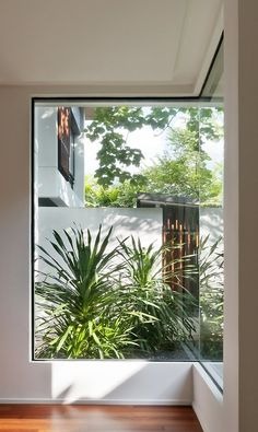 Big corner glass window design of a tropical house with an outside view with green plants and white fencing Interior Exterior, Interior Design, Corner House, Room Corner, Modern Windows, Ikea, Tropical Houses, Window Design, Architecture Details
