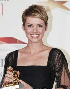 pixie with highlights | pixie haircu t. The girl in this picture below had a very short pixie ...