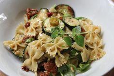 1a Sommer - Nudelsalat mit Honig - Senf - Dressing, ein beliebtes Rezept mit Bild aus der Kategorie Beilage. 350 Bewertungen: Ø 4,5. Tags: Beilage, Eier oder Käse, Europa, gekocht, Gemüse, Italien, Nudeln, Pasta, Reis- oder Nudelsalat, Salat, Snack, Vegetarisch, warm