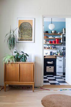 Vanhan Herttoniemen kerrostalossa asutaan talon aikataulun hengen mukaisesti ja värikylläisesti. Credenza, Decor, Furniture, Home, Storage, Cabinet, Home Decor