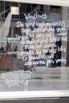 white text on shopping window www.mim-pi.com