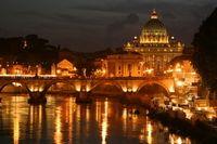 Passe uma noite mágica na cidade de Roma. Comece sua noite com uma excursão panorâmica noturna pela cidade, onde você verá as luzes acenderem em todos os famosos monumentos romanos! #roma #viagem #turismo