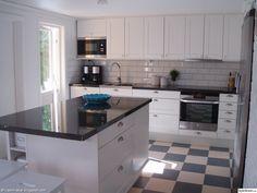 köksö,vita,luckor,kök,altandörr,rutigt golv