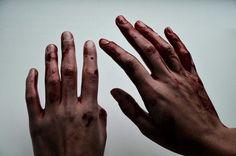 """""""Sam vérétől vöröslik a bőröm [...] Azonnal a közös fürdőhelyiség felé veszem az irányt. Megnézem magam a tükörben. Az állkapcsomon vörös folt mázolódott széjjel, és egy félelmetes pillanatig, amikor megpróbálom letörölni onnan, csak még jobban szétmaszatolom. Úgy érzem magam, mintha egy ismeretlen embert néznék [...] dühös vicsorra húzódó ajkakkal. Egy őrültet, aki éppen most gyilkolt. Egy beteg embert. Egy gyilkost. És nem hiszem, hogy különösebben kedvelne engem."""""""