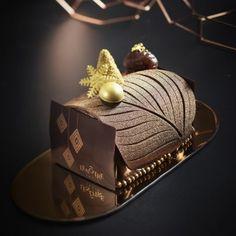 Bûche L'Ornement d'un marron glacé Lenotre, Delicious Desserts, Cake Decorating, Deserts, Decorative Boxes, Xmas, Sweets, Gaston, Cakes