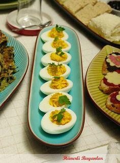 4 Yumurtayı, 7-8 dk. haşlayın. Kabuklarını soyup, ikiye bölün. Sarılarını çıkarıp, 1 yemek kaşığı krem peynir (ben otlu sarımsaklı krem peynir kullandım) bir tatlı kaşığı süt ve birer tutam, tuz, karabiber, pul biber ile birlikte çatalla ezin.  Karışımı; krema sıkma aparatı ile yumurta aklarının yuvasını doldurun