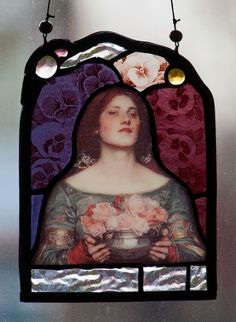 Victorian Flower Girl stained glass suncatcher. For €45, - at the Etsy Shop of Stained Glass Elements. Bloemenmeisje glas in lood, victoriaans gebrandschilderd glas, victoriaans glas in lood, gebrandschilderd glas, vintage, bloemenfee, Waterhouse