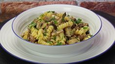 Ricetta Pasta salsiccia e funghi: La pasta salsiccia e funghi è un primo piatto davvero sostanzioso, perfetto da gustare in compagnia con una bella birra o un bel bicchiere di vino.