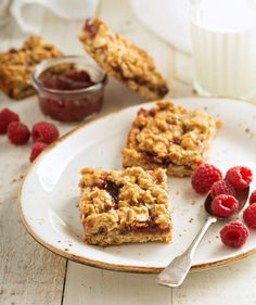 Apple Discover Vegan Raspberry Oat Bars - Kroger Im checking out a delicious recipe for Vegan Raspberry Oat Bars from Kroger! Delicious Desserts, Dessert Recipes, Yummy Food, Vegan Desserts, Passover Desserts, Matzo Meal, Oat Bars, Glass Baking Dish, Cookies Et Biscuits