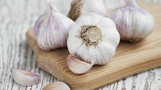 Usturoiul Macerat in Vin Rosu iti Purifica Organismul Garlic Uses, Raw Garlic, Fresh Garlic, Roasted Garlic, Garlic Juice, Superfoods, Garlic Health Benefits, Toxic Foods, Natural Kitchen
