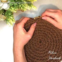 Crochet Basket Tutorial, Crochet Basket Pattern, Crochet Patterns, Crochet Gifts, Diy Crochet, Crochet Toys, Crochet Stitches Chart, Crochet Placemats, Crochet Doll Dress