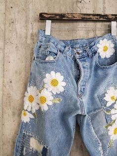 Vintage Levis vintage lee Levis 501 Boyfriend Jeans image 0 Source by pinmarylynn Fashion outfits Denim Vintage, Jean Vintage, Diy Jeans, Women's Jeans, Skinny Jeans, Denim Shorts, Painted Jeans, Painted Clothes, Hand Painted