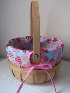 Little Gene Green Bean: Easter Basket Redo Lined Wicker Baskets, Cane Baskets, Holiday Baskets, Easter Baskets, Holiday Crafts, Fun Crafts, Small Projects Ideas, Craft Ideas, Basket Crafts