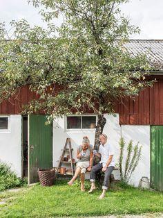 Gården var kärlek vid första ögonkastet för Kerstin och Thomas för 30 år sedan. I det stora huset kunde alla fem barnen få varsitt rum. Hygge, Hammock, Countryside, Dolores Park, Farmhouse, In This Moment, Vacation, House Styles, Outdoor Decor