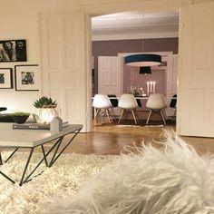 Knarzender Parkett, hohe, mit Stuck besetzte Decken, weiße Flügeltüren - Susanne lebt den Münchner Altbauwohntraum! Mit Mut zur Wandfarbe und zum Stilbruch hat sie sich und ihrer Familie auf 170 Quadratmetern ein individuelles, sehr gemütliches Zuhause geschaffen: Der Mix aus verspielter Deko, gedeckten Farbtönen und besonderen Designklassikern harmoniert perfekt mit dem Charme der Altbauarchitektur. Hereinspaziert zu Hause bei sweetliving! Die geöffneten Flügeltüren gewähren einen umwerf...