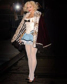 Gwen Stefani in white shirt & light blue dress & white pantyhose Gwen Stefani Mode, Gwen Stefani No Doubt, Gwen Stefani Style, Gwen Stefani Legs, Pantyhose Outfits, Tights Outfit, Pantyhose Legs, Gwen Stefani Pictures, Gwen Stephanie