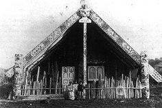 Tokanganui a noho Kooti initiated the style of paintings on the doorway. Polynesian People, Polynesian Art, Nz History, History Images, Abstract Sculpture, Wood Sculpture, Bronze Sculpture, Once Were Warriors, Maori Designs