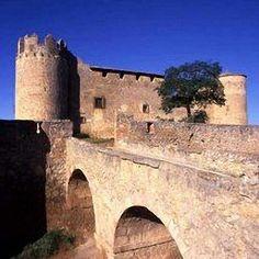 """CASTLES OF SPAIN - Castillo de Almenar, Soria (siglo XV). Jaime I de Aragón, concedió el dominio de esta plaza a uno de sus capitanes en el siglo XIII, será ya en 1430 cuando Juan II de Castilla asigna el castillo y el término a Hernán Bravo de Lagunas (primer Señor de Almenar,)en premio a sus servicios como embajador en Portugal. El castillo acogió, entre otros personajes, al rey Carlos II """"El Hechizado"""" en 1677 y a Felipe V y su esposa María Luisa de Saboya en 1702."""