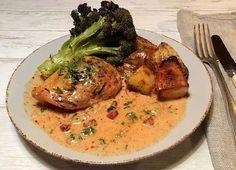 Kyllingebryst i cremet og spicy harissa/bacon-sovs med kartofler og broccoli bagt i ovn