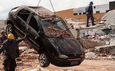28/8 - Carro que foi atingido por escombros é removido em São Mateus. Equipes do Corpo de Bombeiros continuam o resgate das vítimas do desabamento de um prédio em construção na Avenida Mateo Bei, na Zona Leste de São Paulo