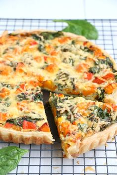 Quiche met pompoen, spinazie en oude kaas - Mind Your Feed - Healthy Summer Recipes, Quick Healthy Meals, Lunch Restaurants, Good Food, Yummy Food, Oven Dishes, Savoury Baking, Comfort Food, Happy Foods