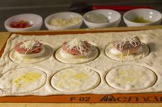 Pizzateig aus dem Waffeleisen, gefüllt mit Büffelmozzarella, Tomaten, Parmaschinken und Basilikum