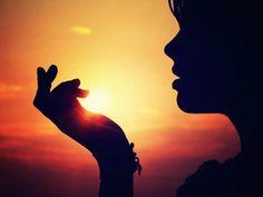 ''Estrela Apagada'' Se pensares que a qualidade da tua vida é valorizada pela quantidade da energia que tu erradias, que colocas em tudo o que fazes, é fácil entender que, se te rodeares de sugadores pouco ou nada te restará para irradiar. Mais não és que uma estrela apagada que não traz nada de valor para o universo e, em consequência, nada recebe de volta. - http://r.linkincrivel.com/blog-estrela-apagada