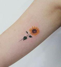 Girassol sunflower tattoo simple, small sunflower, sunflower tattoo d Sunflower Tattoo Simple, Sunflower Tattoo Shoulder, Small Sunflower, Sunflower Tattoos, Sunflower Tattoo Design, Flower Tattoos On Shoulder, Bild Tattoos, Body Art Tattoos, Sleeve Tattoos