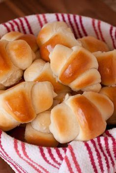 Is there anything like a fresh, hot out of the oven, homemade dinner roll? Dinner rolls are a classic that will never fade. These dinner rolls are dangerously good! How could something with so few simple ingredients be so delicious? Homemade Dinner Rolls, Dinner Rolls Recipe, Dinner Recipes, Bread Recipes, Cooking Recipes, Pasta Recipes, Cooking Tips, Bread And Pastries, Bread Baking