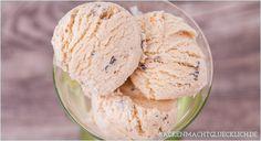 Leckeres Rezept für selbstgemachtes Vanilleeis mit oder ohne Eismaschine, das mit rohen Keksteigstückchen (Cookie Dough) verfeinert wird.