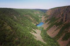 Kevon luonnonpuiston helmi on yli 40 kilometriä pitkä rotkolaakso, Kevon kanjoni. Kanjonin pohjalla virtaa Kevojoki. Luonnonpuistossa voi vaeltaa kahta eri reittiä pitkin. Vaikka polut ovat välillä vaikeakulkuisia, Kevon monipuolinen reitti valloittaa kokeneemmankin vaeltajan sydämen!