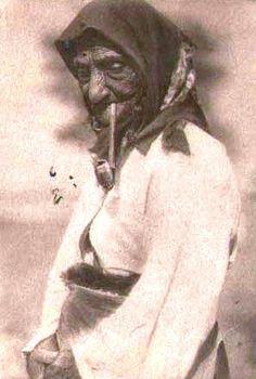 Cyganka paląca fajkę.  http://www.malopolska24.pl/index.php/2012/01/galicyjskie-fajki-gliniane/