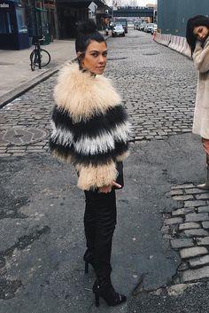 Kourtney Kardashian - Having lunch with her half sister Kylie Jenner on Looklive - Celebrity Street Style Kourtney Kardashian, Kardashian Style, Kardashian Jenner, Kylie Jenner, Fur Fashion, Fashion Outfits, Classy Fashion, Fashion Killa, Divas