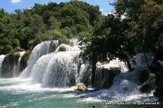 Reka Krka je fenomen, ki svojo pot proti morju, oblikuje številna jezera, slapove in brzice. Vzmeti ob vznožju gorovja Dinara, v bližini mesta Knin. Zaradi svoje naravne lepote in geološke značilnosti po reki Krki, je bil razglašen za narodni park leta 1985. Najbolj impresiven in najbolj so Skradinski buk in Roški slap.