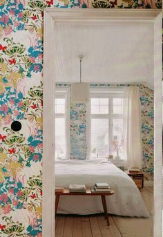 Floral wallpaper - I can't believe I  am saying this - I would seriously put this in my fancy room.