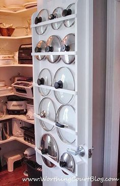 Quem cozinha tem um desafio: guardar as tampas das panelas de um jeito em que seja fácil localizá-las. Inspirem-se nessas ideias!