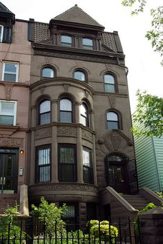 Brooklyn Lefferts Place Clinton Hill Romanesque Revival, New York Brownstone Homes, Brooklyn Brownstone, Townhouse, Masonry Work, Clinton Hill, Interior Design Pictures, New York Homes, Victorian Homes, Victorian Interiors
