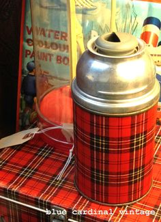 Look for vintage thermos bottles with a metal neck instead of the typical beige plastic. Vintage Lunch Boxes, Vintage Picnic, Vintage Cabin, Vintage Love, Tartan Plaid, Plaid Flannel, Hygge, Tweed, Lunch Box Thermos