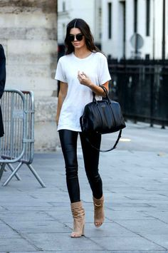 Celebrity Street Style - Kendall Jenner rocks a white tee and leather leggings - Kendall Jenner Estilo, Kendall Jenner Outfits, Kylie Jenner, Style Désinvolte Chic, Mode Style, Models Off Duty, Outfits Leggins, Leather Leggings Outfit, Leggings And Heels
