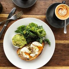 Poached eggs with hummus on sourdough with seeds, avocado smash with kale salad and my cappuccino! Settling into Byron Bay for the weekend! This is my happy place ☀️🐬🐳 Brunch, long lunch, afternoon naps and whale watching... When I get breakfast, I try to order a side of veg to help me reach my 5 serves a day. #5adaychallenge #happyplace