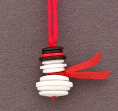 Button & Yarn Snowman Ornament: This Easy Christmas Crafts Button and Yarn Snowman uses white, black and red buttons, a short piece of ribbon and a short piece of yarn. There's no glue, no sewing, just lots of fun and easy for everyone Christmas Crafts For Kids, Diy Christmas Ornaments, Christmas Projects, Holiday Crafts, Christmas Holidays, Ornaments Ideas, Christmas Button Crafts, Snowman Ornaments, Christmas Snowman