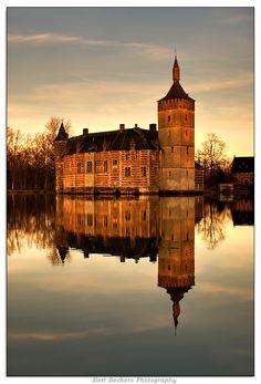 Château de Horst, Holsbeek, Belgique. Le château, sous la forme d'un polygone irrégulier entouré de douves, est édifié par Jean de Horst au XIIIe siècle. Il est racheté par Gilles de Busleyden, en 1521, qui lui donne l'essentiel de sa physionomie actuelle de château Renaissance sur des fondations médiévales. Modernisé en 1605 par Olivier de Schoonhoven, il est inoccupé mais entretenu depuis la seconde moitié du XVIIe siècle. Le domaine est propriété de Région Flamande depuis 2007.