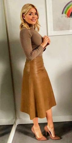 Holly Willoughby This Morning: Presenter wears head-to-toe brown and daring leather skirt Holly Willoughby Outfits, Holly Willoughby Style, Hot Outfits, Skirt Outfits, Stylish Outfits, Brown Leather Skirt, Leather Midi Skirt, Modest Fashion, Skirt Fashion