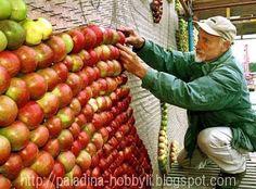 """Произведение искусства, ставшее центральным событием ярмарки, называется """"После Франса Флориса Помоны"""" и выполнено из 35 тысяч яблок на полотне размером 104 квадратных метра. Более 70 тысяч гвоздей крепят яблоки девяти сортов к основе. Картина имеет размер 12 на 8 метров и весит около четырех тонн!"""